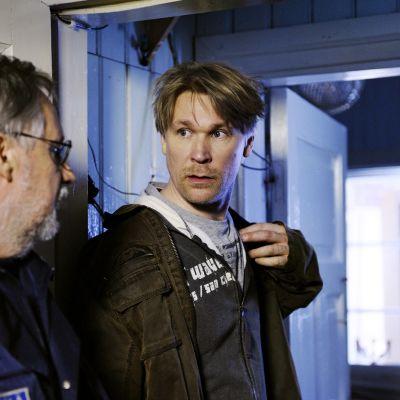 Näyttelijä Matti Ristinen keskellä (roolinimi Pirunpellossa Tommi).