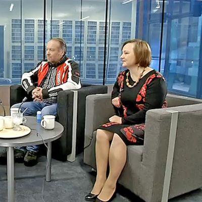 Kansanedustajat Teuvo Hakkarainen (ps.) ja Anne Kalmari (kesk.) Pekka Aution isännöimässä Yle Jyväskylän Nettistudiossa.