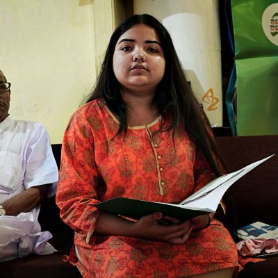 Kolkatalainen Katha Karar, 18, lääkärin odotushuoneessa.