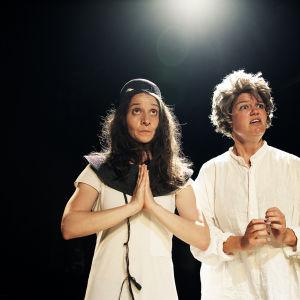 Estella ja Sofia hypnoosissa. Noora Dadu (vas) ja Joanna Haartti.