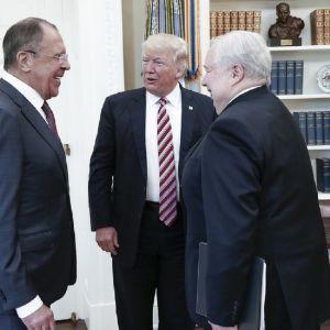Rysslands utrikesminister Sergej Lavrov, USA:s president Donald Trump och Rysslands USA-ambassadör Sergej Kisljak i Vita huset 15.5.2017.
