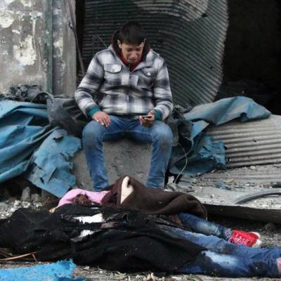 En ung man sörjer sina familjemedlemmar som dödades i bombningar i östra Aleppo 30.11.2016