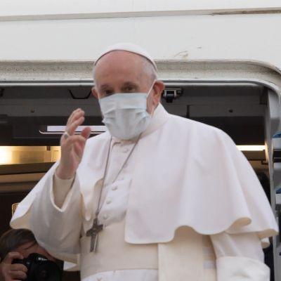 Påve Franciskus inleder sin första utlandsresa under pandemin med ett historiskt besök i krigströtta Irak.