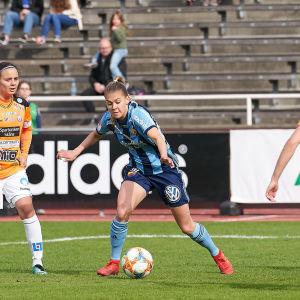 Wilma Sjöholm spelar fotboll i Djurgården i Stockholm.