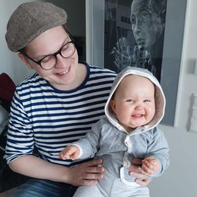 Eero Löytömäki lapsensa kanssa.