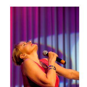 Laulaja Ami Aspelund estradilla Kouvolassa 2009.