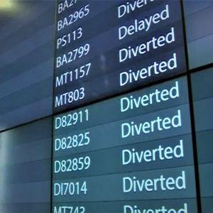 Skylt visar inställda avgångar på Gatwickflygplatsen