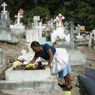 Vanhempi nainen hautausmaalla El Salvadorissa.