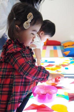 Japanska barn i konstskola.