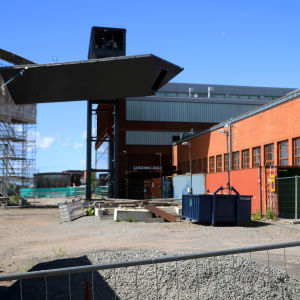 En granne till Logomo ser på byggarbetsplatsen där den nya bron byggs.