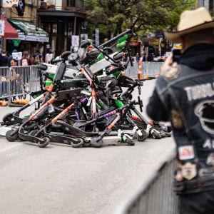 Konfiskerade elsparkcyklar på Sixth Street i Austin under teknologikonferensen SXSW.