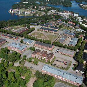 Ilmakuva kesäisestä Lappeenrannan Rakuunamäestä.
