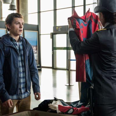 Peter Parkers (Tom Holland) kappsäck öppnas av en italiensk tulltjänsteman som studerar hans Spider-Man-dräkt.