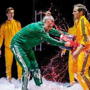 Romeo ( Oliver Kollberg) dödar Tybalt (Oiva Nuojua). I bakgrudnden Lasse Lorenz.