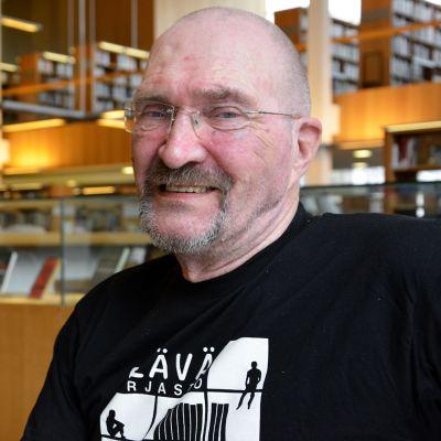 Mies hymyilee kameralle Turun pääkirjastossa.