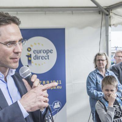 Komissaari Jyrki Katainen Kuopion torilla kabinettinsa kanssa.