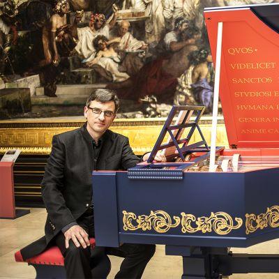 Pianisti Slawomir Zubrzycki istuu rakentamansa soittimen äärellä