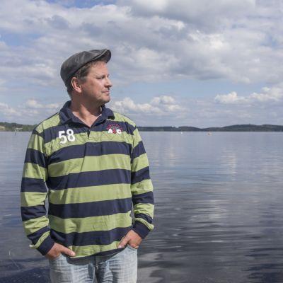 Yrittäjä Ismo Apell esittelee hotellilaivan paikkaa Kuopion satamassa.