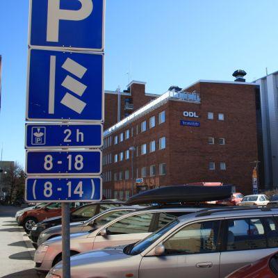 Autoja pysäköitynä kiekkopaikoille