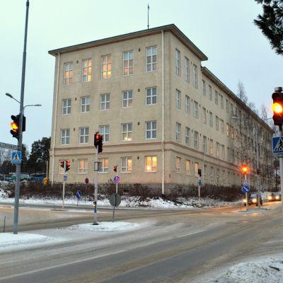 Mäntykampus muodostuu Männistön vanhan koulun ympäristöön Kuopiossa. Kuva on otettu 5. joulukuuta 2013.