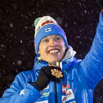 Iivo Niskanen får sin guldmedalj.