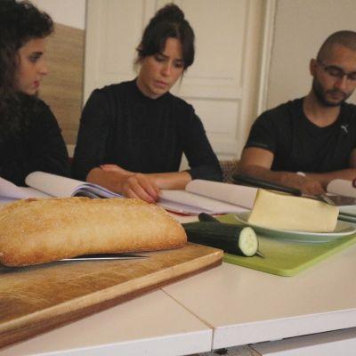 Hanan Sneih, Cecilia Paul och Alexandr Foy framför en läsning av pjäsen Tillståndet.