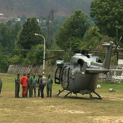 En räddningshelikopter som deltar is paningarna efter de försvunna bergsbestigarna i indiska Himalayas