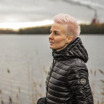 Yrittäjä Martta Tervonen kävelyllä meren rannassa.
