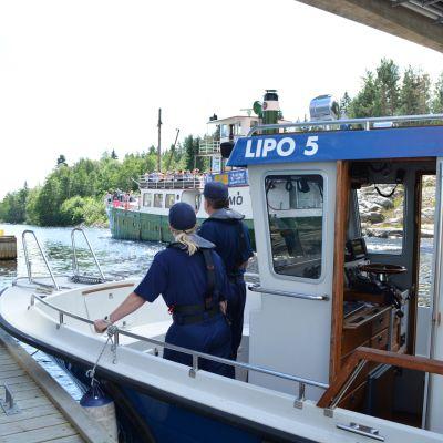 Poliisipartio vesillä Kallavedellä.