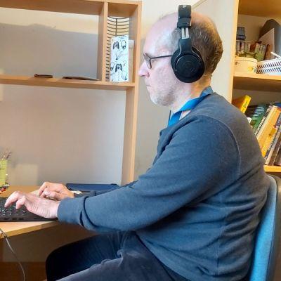 Michael Perukangas on tehnyt tekstinkäsittelijän työtä koronapandemian aikana kotonaan Porvoossa.