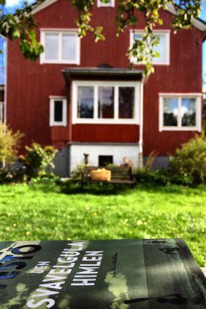 Utanför Claes Olssons hem