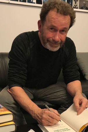 Författaren Per Petterson signerar sin senaste bok.