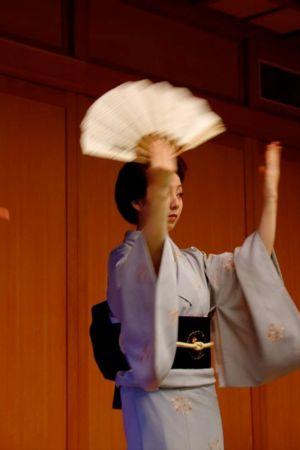 Solfjädern är oftast det enda verktyget geishan har tillgång till på scenen