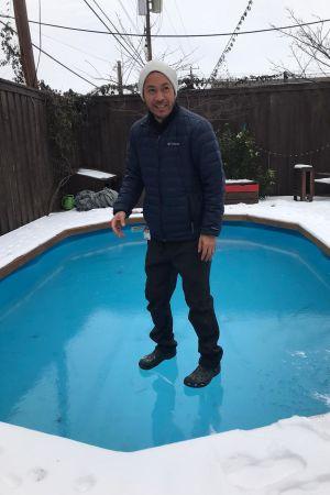 Jason Sae-saue står på en frusen pool