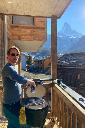 Kapellimestari Pietari Inkinen grillaamassa kotiparvekkeella Sveitsissä koronakeväänä 2020, taustalla Matterhornin huippu.
