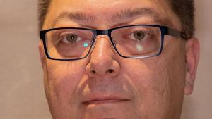 Man med glasögon i närbild.