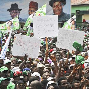 Nigerianska väljare visar sitt stöd för president Goodluck Jonathan i valkampanjen 2015.