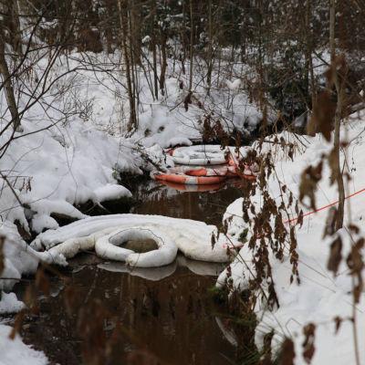 Oljebekämpning pågår i Hagabäcken i Helsingfors där flera hundra liter olja hällts ut.