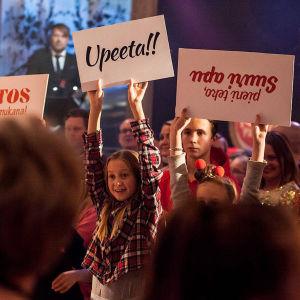 """Publik på Yles Näsdagsshow 2016 som håller upp skyltar där det bland annat står: """"Tack för att du är med""""."""