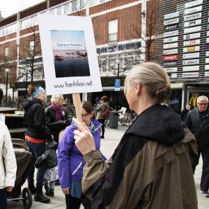 Demonstration mot kärnkraften i Umeå centrum, kvinna med plakat