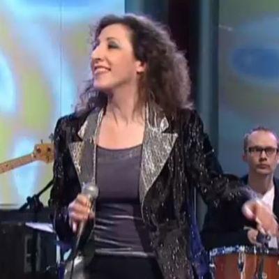 """Laulaja Marija """"Muska"""" Babitzin Linnunradan pianobaari -ohjelmassa vuonna 1998."""