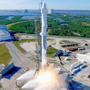 Falcon9-raket med Dragon-kapsel startklar vid Cape Canaveral.