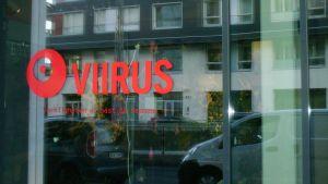 Teater Viirus fönster på Busholmen, Helsingfors.