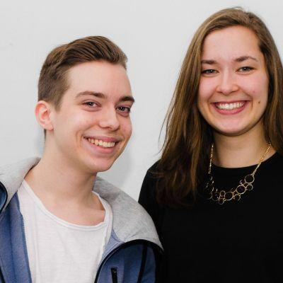 Tvillingarna Mikael och Sofia Morney står brevid varandra och ler brett.