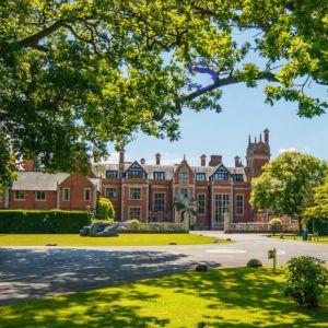 Senja Larsenin koulu eli sisäoppilaitos Frenshams Height Englannissa.