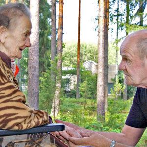Jukka Vanhala palasi ulkomailta hoitamaan vanhaa äitiään.
