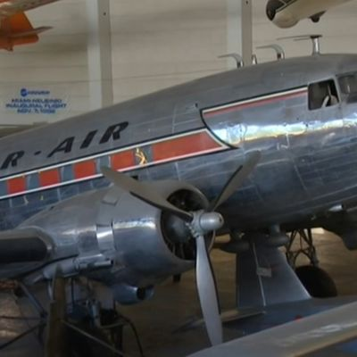 Strada kävi Ilmailumuseossa perehtymässä vanhojen matkustuskoneiden sisustukseen.