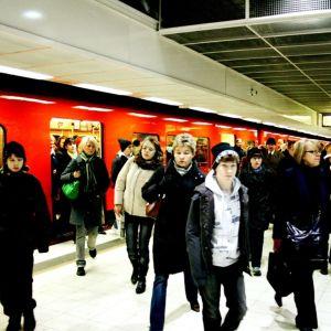 Passagerare stiger av metrotåg i Helsingfors