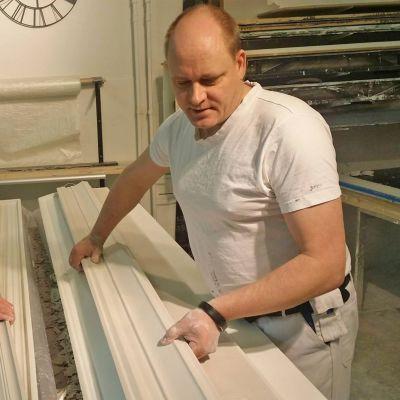 Marjut Nättinen ja Petri Hakala tarkastavat valmiita listoja.