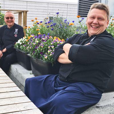Keittiöpäällikkö Juhana Paturi ja keittiömestari Kari Antila Tampere-talon katolla